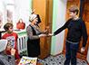В День учителя воспитанники ЦПШ Максимовского храма вручили педагогам по розе