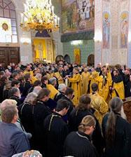 Епископ Евгений совершил молебен Царственным страстотерпцам в Храме-Памятнике на Крови