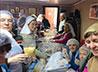 В фасовке «народных обедов» поучаствовали и сами адресаты