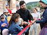 У Крестовоздвиженского храма в Нижних Сергах открыли детскую площадку
