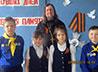 Участники Георгиевских чтений читали стихи и дарили прохожим георгиевские ленточки