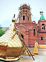 Архиепископ Викентий освятил купола и кресты строящегося на Екатеринбургском железнодорожном вокзале Богородице-Державного храма