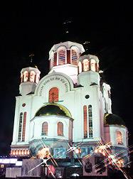 Тысячи людей молились за ночной Литургией в Храме-на-Крови, отдавая дань памяти Царской Семьи