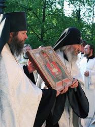 Более десяти тысяч человек приняло участие в Крестном ходе с чудотворной иконой Божией Матери «Неупиваемая Чаша», который прошел по центральным улицам Екатеринбурга