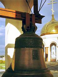 Девятитонный колокол поднят на звонницу екатеринбургского Храма-на-Крови